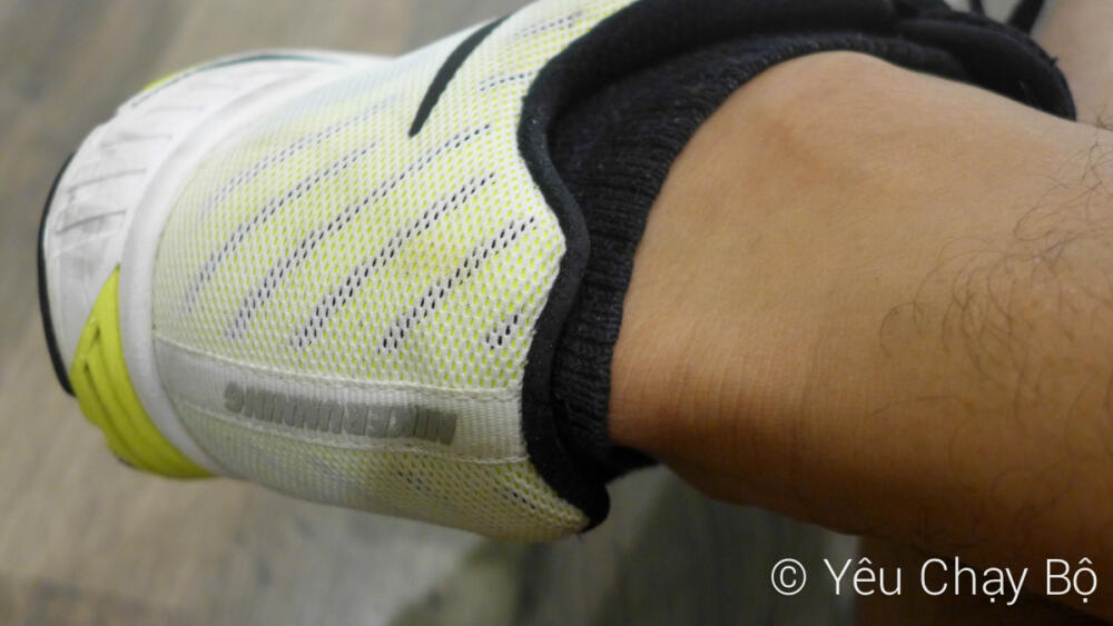Chú ý mang vớ kéo qua khỏi phần gót giày để giảm tình trạng phồng chân do ma sát