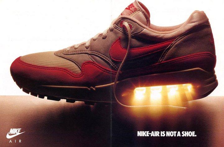 Nike Air Max 1 - Thiết kế đột phá lần đầu tiên khoe túi khí AIR ra ngoài.