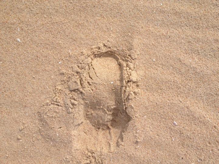 Dấu chân chạy bộ trên cát