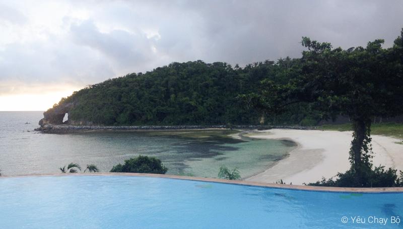 Lapuz Lapuz Beach nhìn từ hồ bơi. Xa xa là Key Hole