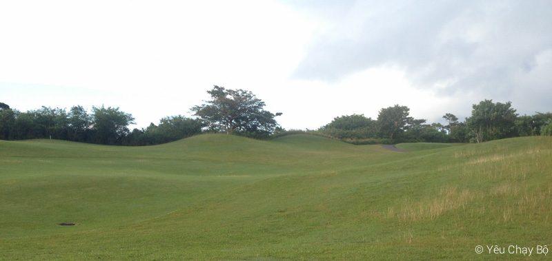 Đồi cỏ xanh ngắt của lỗ golf 18
