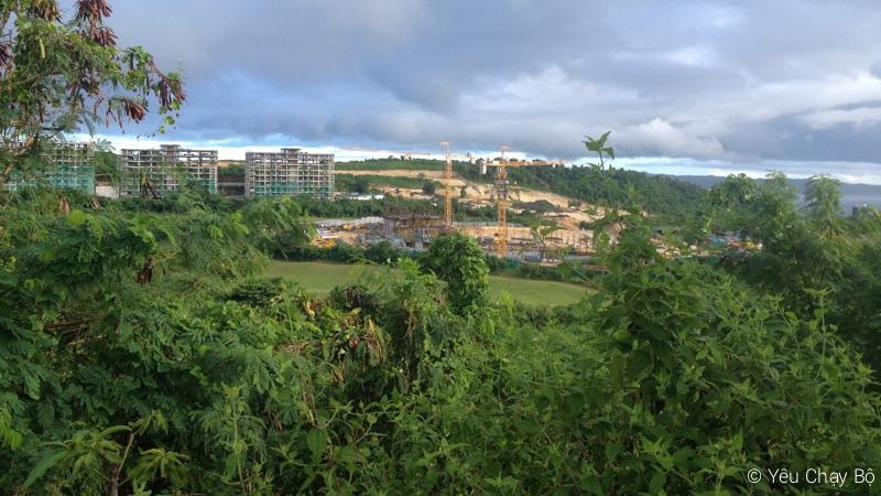 Ở xa là một công trình khách sạn đang xây dựng