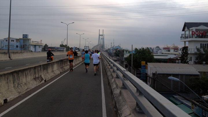 Mốc 11K - Vượt qua dốc dẫn, hướng về đỉnh cầu Phú Mỹ