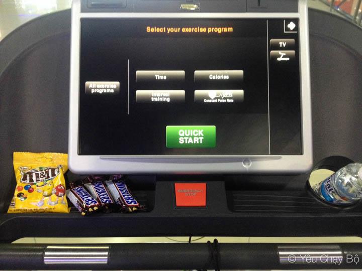 Máy chạy với Snickers & M&M được chuẩn bị sẵn sàng