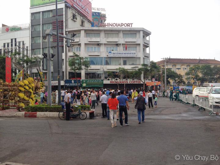 Đường hoa Hàm Nghi lúc này đã khá đông người đến tham quan