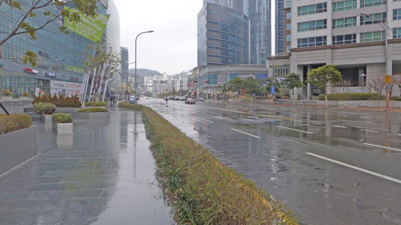 Trời mưa lạnh nên đường phố vắng hoe