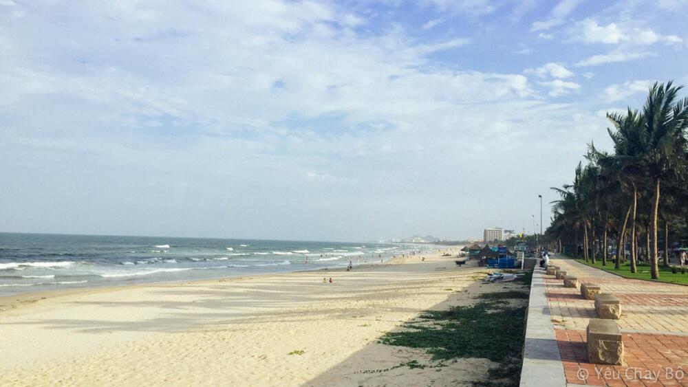 Bờ biển trải dài tít tắp, nhìn thích ghê