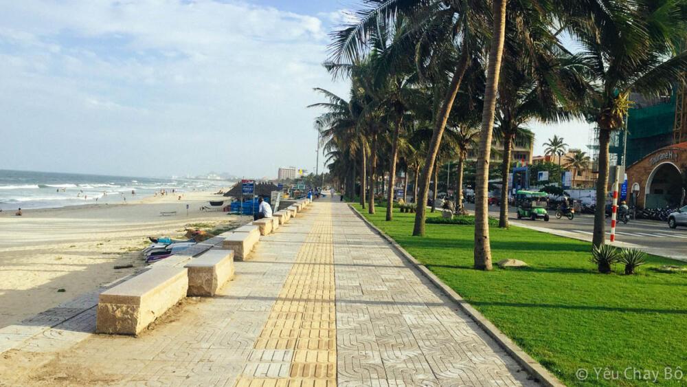 Đường chạy dọc biển Đà Nẵng rộng rãi tha hồ mà chạy