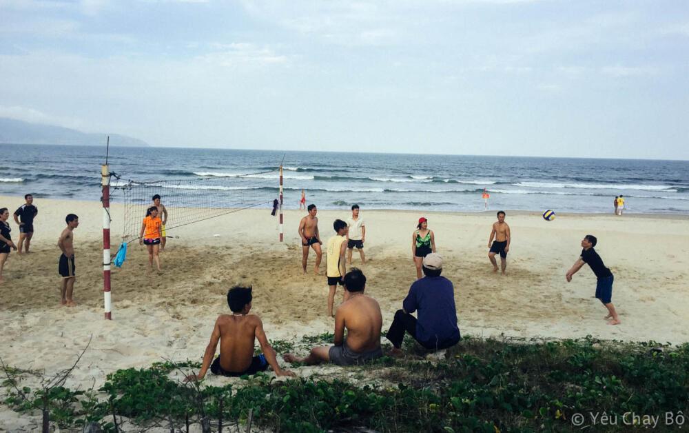 Bên đây là nhóm chơi bóng chuyền