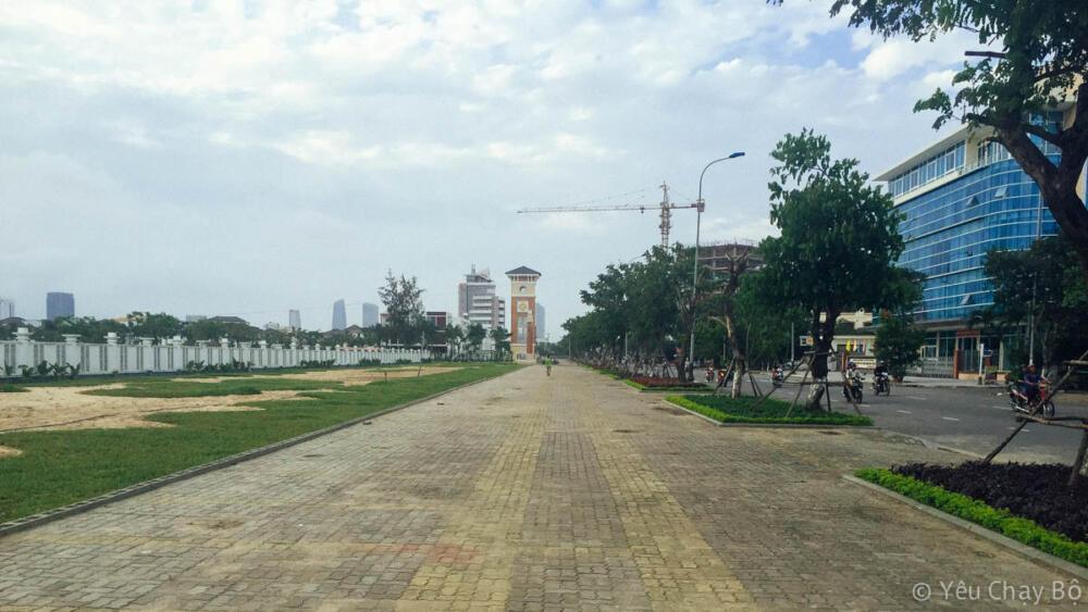 Đường chạy dọc theo sông Hàn rộng mênh mông