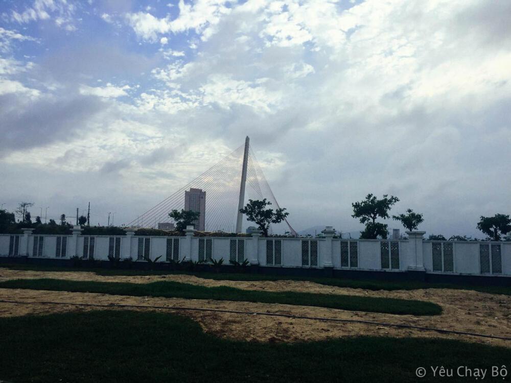 Cầu Trần Thị Lý ở phía xa