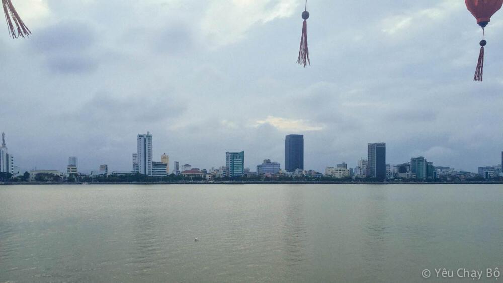 Trung tâm thành phố nhìn từ bờ bên kia