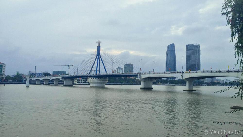 Cuối cùng cũng đến cầu sông Hàn rồi