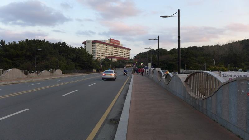 Cầu dẫn qua đảo Dongbaek, xa xa là khách sạn Westin Chosun