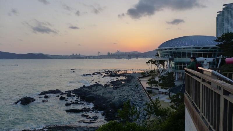 Chụp hình bên phải: xa xa là cầu Gwangan