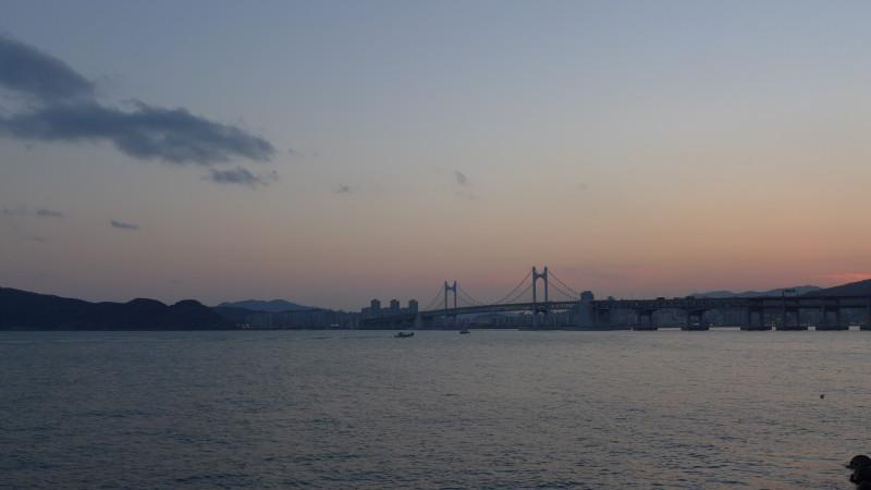 Cầu Gwangan chuẩn bị được lên đèn sau khi mặt trời lặn