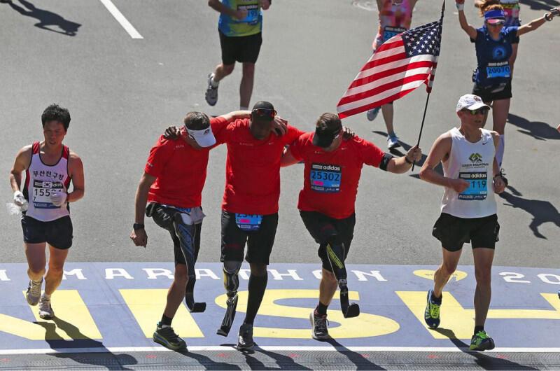 Ba vận động viên khuyết tật hỗ trợ nhau về đích ở sự kiện Boston Marathon lần thứ 118, ngày 21 tháng 04, 2014 (Photo by David L. Ryan/The Boston Globe via Getty Images)