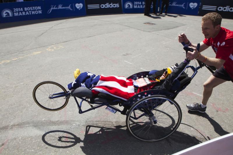 Tinh thần đồng đội trên đường chạy ở sự kiệnBoston Marathon lần thứ 118 ngày 21/04/2014ởBoston, Massachusetts.(Photo by Melanie Stetson Freeman/The Christian Science Monitor via Getty Images)