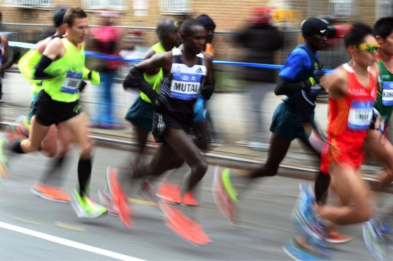 Các vận động viên chuyên nghiệp ở sự kiện New York City Marathon ngày 2/11/2014. Wilson Kipsang (Kenya) giành chiến thắng chung cuộc, vượt qua Lelisa Desisa (Ethiopia) với cú nước rút ngoạn mục ở đích đến. (Jewel Samad/AFP/Getty Images)