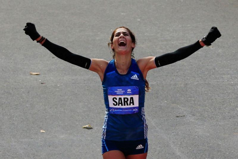 Sara Moreira (Bồ Đào Nha) vui mừng khi về đích thứ ba ở sự kiệnNew York City Marathon vào ngày 2/11/2014(Photo by Alex Trautwig/Getty Images)