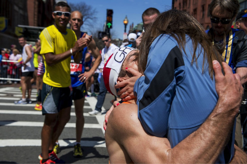 Gregory Picklesimer hônCarla Whitesau khi cầu hôn cô ở ngay vạch đích ở sự kiệnBoston Marthon ngày 21/04/2014 ở Boston, Massachusetts.
