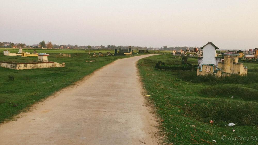 Đường dẫn ra ruộng lúa, hai bên là rất nhiều mồ mả