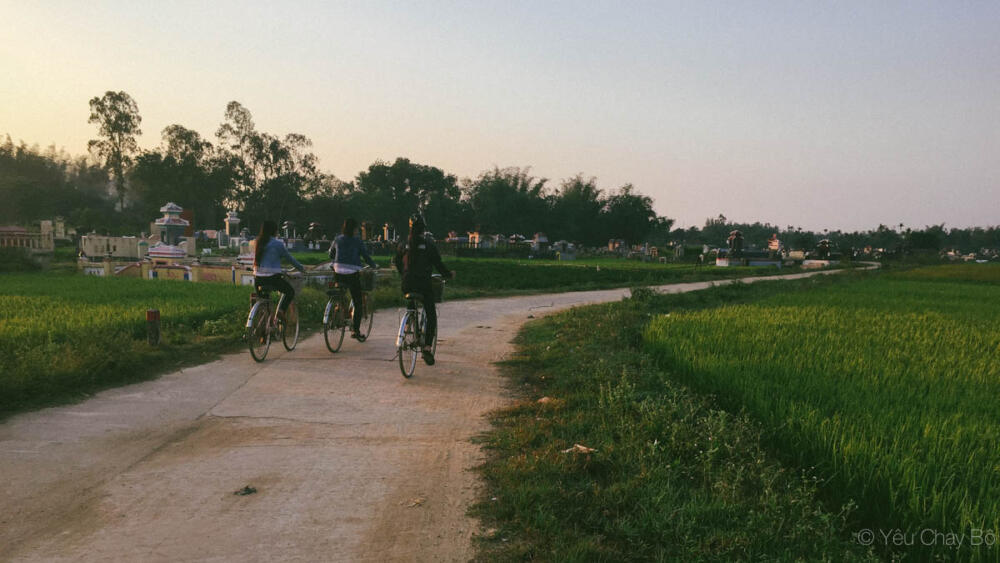Học sinh đạp xe đến trường