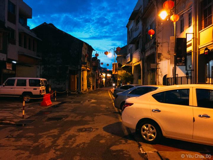 Một góc phố đặc trưng của George Town với vỉa hè bị chiếm dụng
