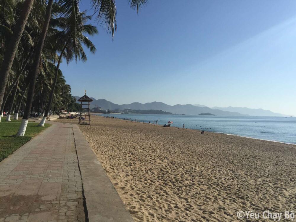 Mình chạy trên vỉa hè dọc theo bờ biển Trần Phú