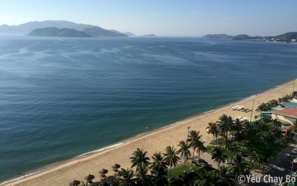 Bờ biển Nha Trang lúc 7h sáng