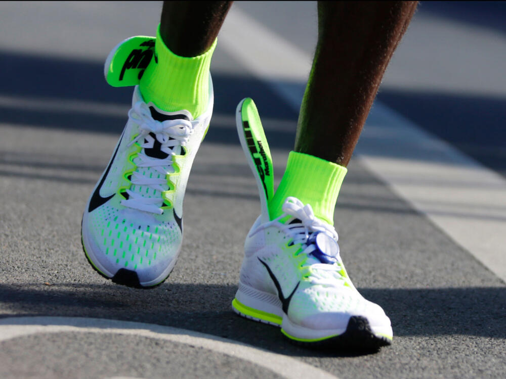Eliud Kipchoge gặp vấn đề với đôi giày mới ở giải Berlin Marathon 2015 mới đây