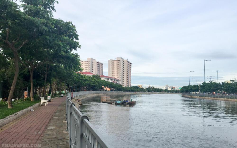 Đường chạy dọc theo kênh Tàu Hũ