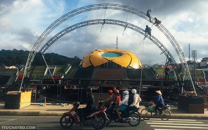 Quảng trường trung tâm thành phố Đà Lạt đang tất bật chuẩn bị cho Lễ Hội Hoa 2015