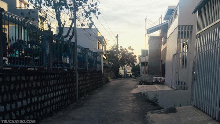 Men theo một con hẻm trên đường Nguyễn Công Trứ để ra đường Phan Đình Phùng