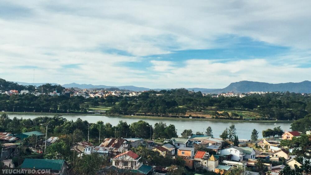 Hồ Xuân Hương nhìn từ trên dốc Trần Hưng Đạo