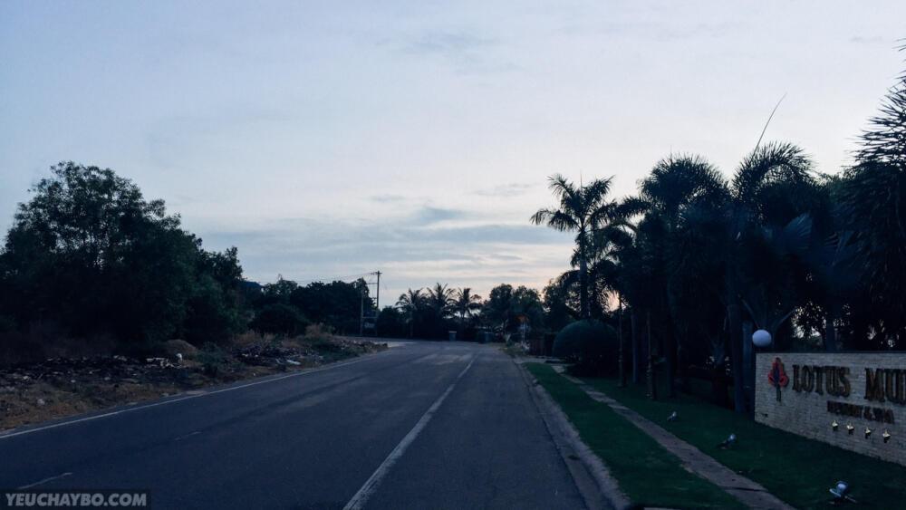 đường nhựa trong khu vực bãi biển Phú Hài