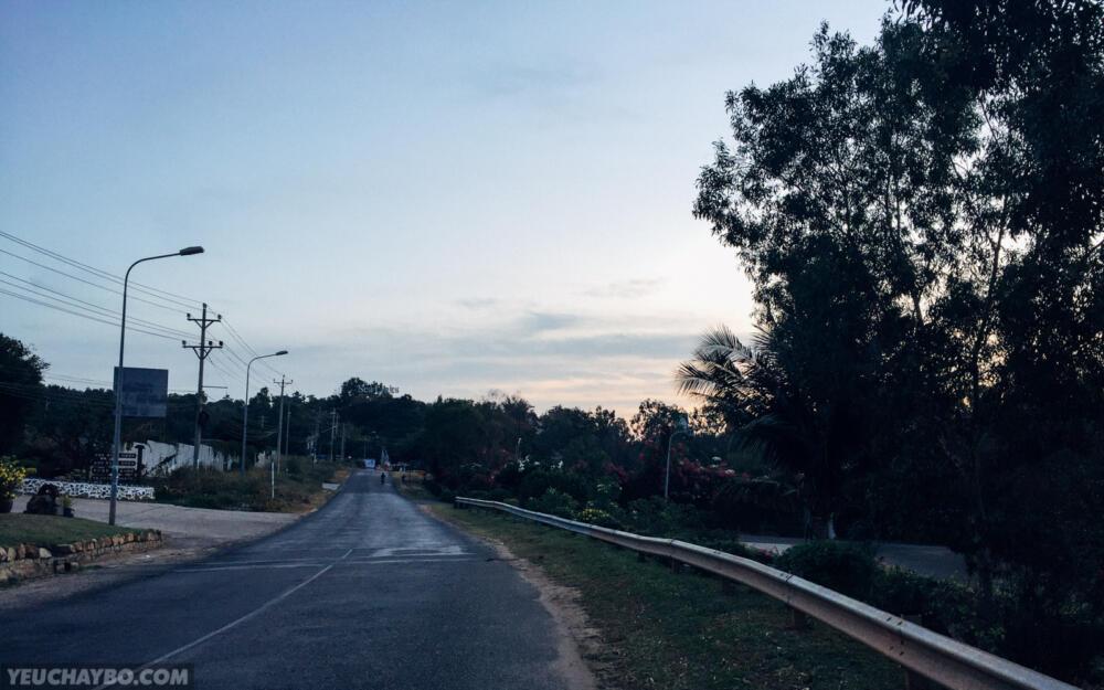 Tiếp tục thẳng tiến theo hướng đường Nguyễn Thông