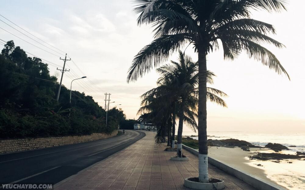 Đoạn này đường chạy rất đẹp, vỉa hè rộng rãi