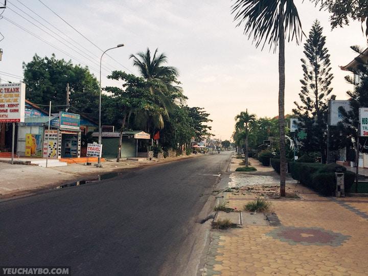 Đường Nguyễn Đình Chiểu vắng vẻ lúc sáng sớm