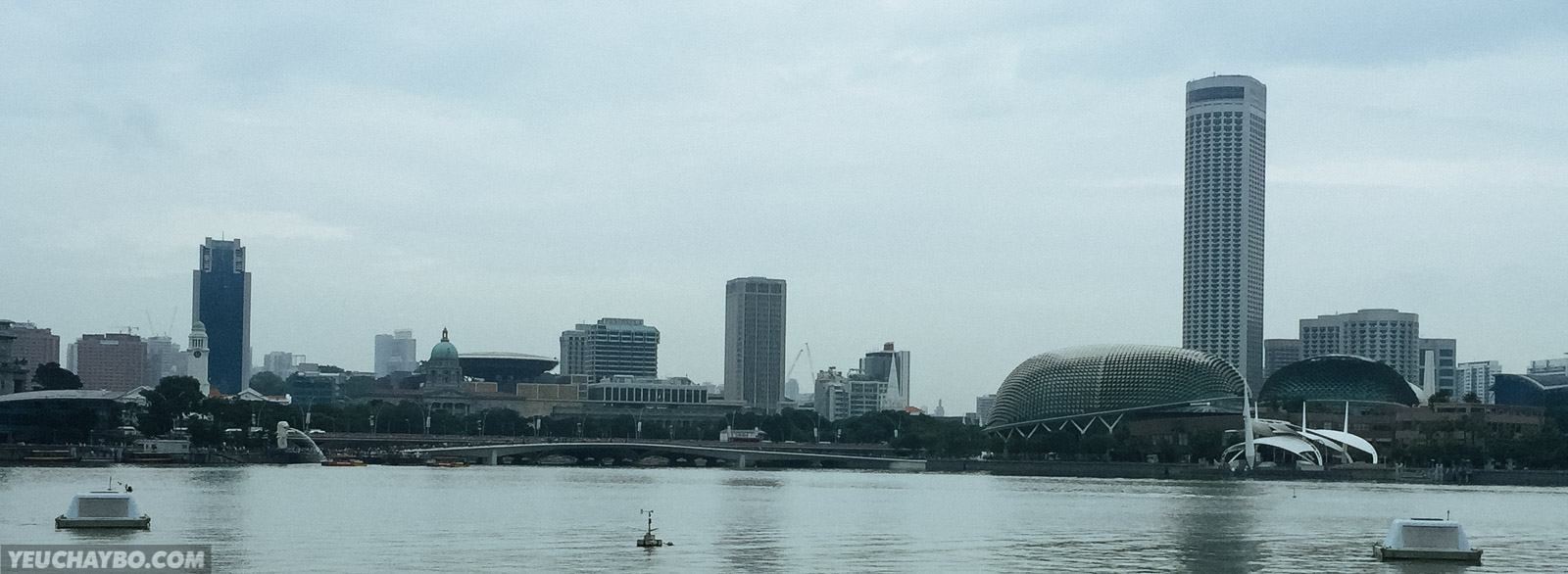 Từ Marina Bay Sand nhìn sang bờ bên kia: một bên là nhà hát Sầu Riêng (Esplanade), một bên là tượng Sư Tử phun nước (Merlion)