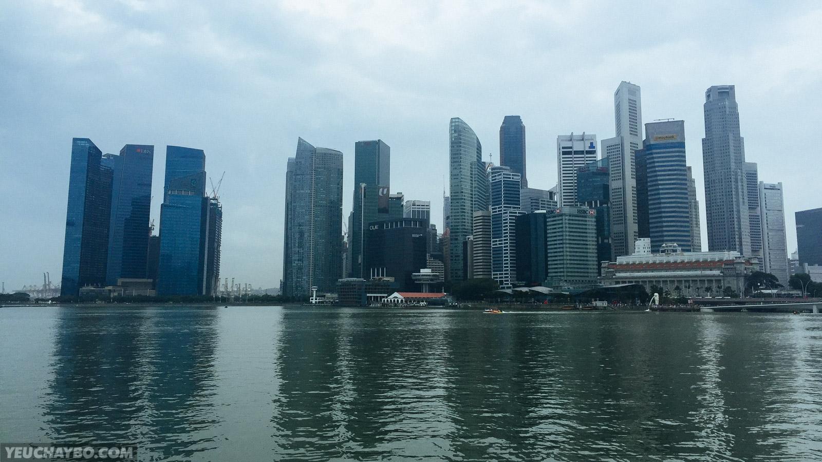Toàn cảnh trung tâm tài chính của Singapore. Toà nhà mình ở là cái building thứ 4 từ bên trái