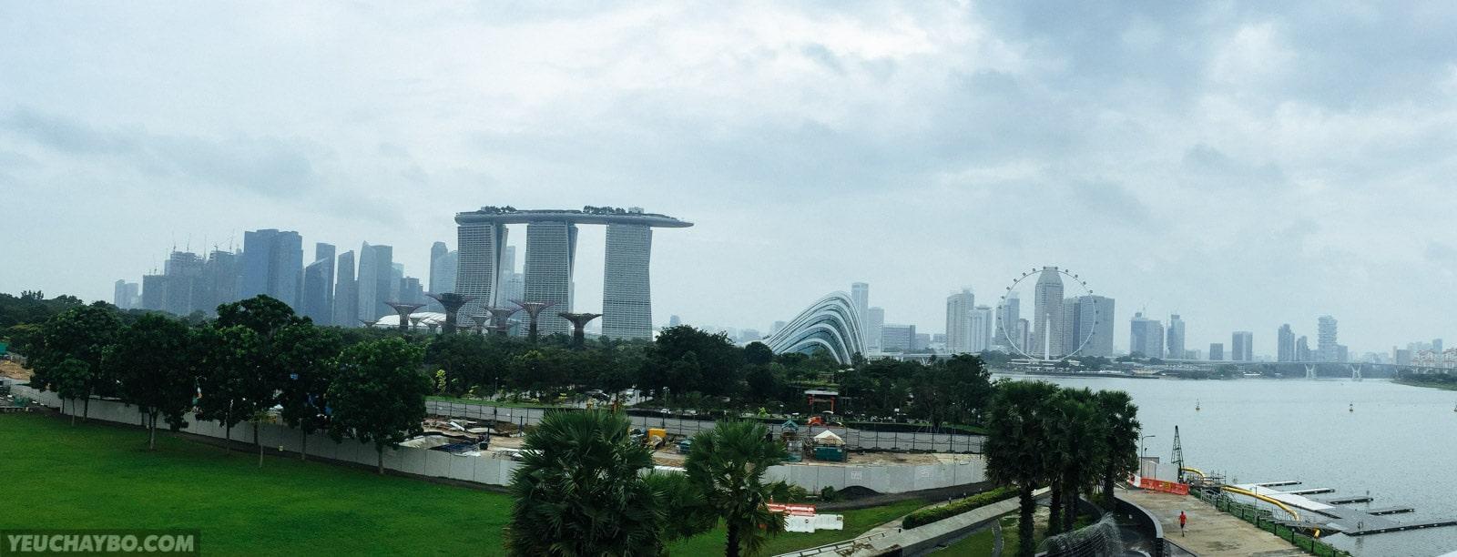 Từ Marina Barrage có thể nhìn thấy toàn cảnh Gardens by The Bays và khu vực trung tâm của Singapore