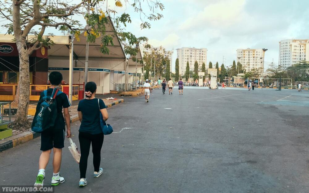 Đường xi măng trong khu vực nhà thi đấu Phú Thọ