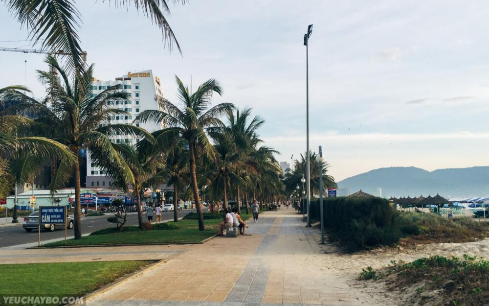 Mình chạy men theo con đường ven biển ngược về hướng bán đảo Sơn Trà