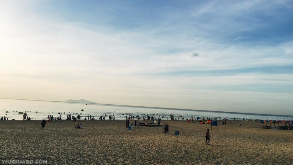 Biển tấp nập buổi sáng sớm