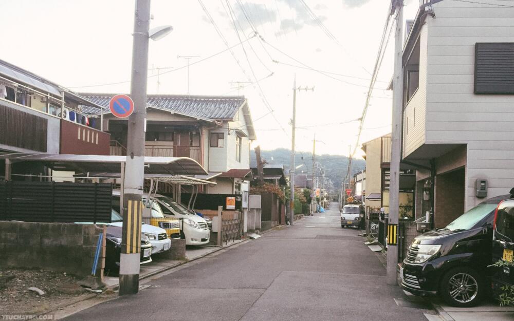 Khung cảnh khu phố ngay trước căn hộ của mình