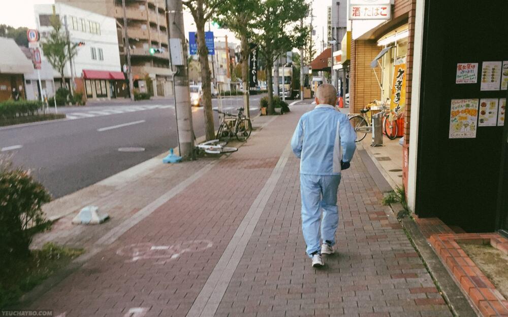Một cụ già đang chạy bộ buổi sáng