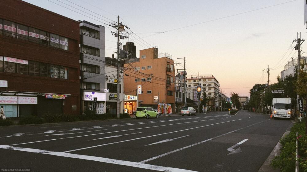 Đường phố còn yên ả chưa có bóng dáng xe