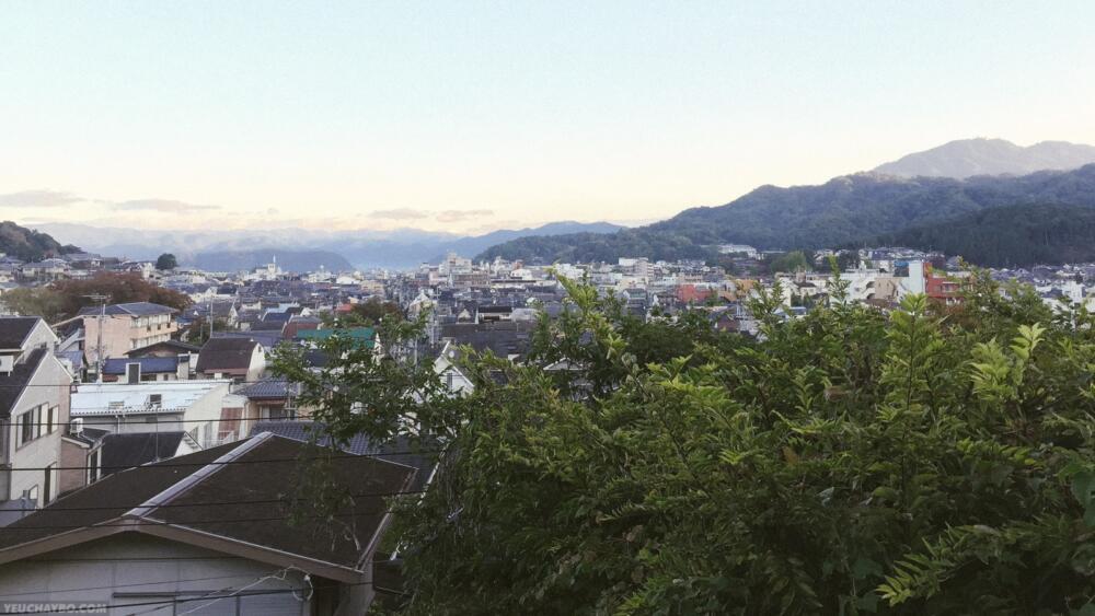 Từ trên đồi có thể phóng tầm mắt ra toàn khu phố