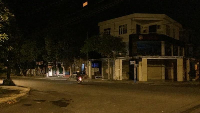 Mặt trời chưa lên, đường phố tối đen, lác đác vài chiếc xe máy
